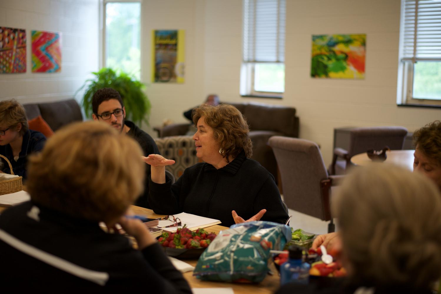 Poet Elizabeth Rees speaks to teachers during sixth lunch on Friday, May 12 about strategies for teaching poetry in schools. Rees visited English and creative writing classes May 8-12 in order to better educate students and teachers on poetry. Photo by Annabelle Gordon.