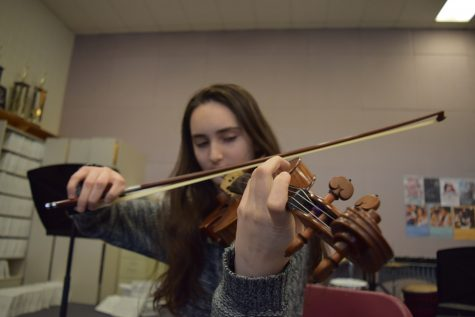 Senior Manya Aronin has been playing violin since she was three years old. Photo by Rachel Hazan.
