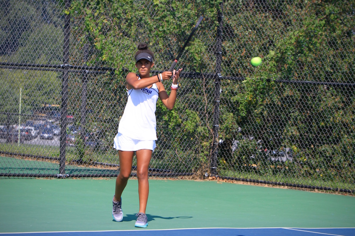 Freshman+Sasha+McLeod+hits+the+ball+to+her+opponent.+The+girls+tennis+team+swept+the+B-CC+Barons+in+their+season+opener.+Photo+by+Olivia+Matthews.+