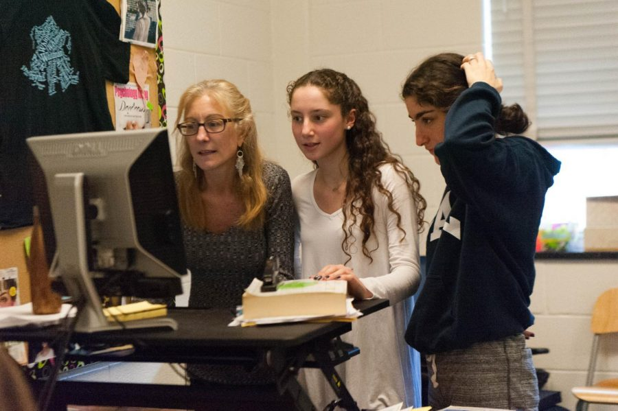 Psychology+teacher+Marisa+Del+Savio+helps+students+with+the+Psych+Journal.+Whitman%27s+Psych+Journal+is+the+only+student-run+psychology+journal+in+the+country.+Photo+by+Katherine+Luo.++