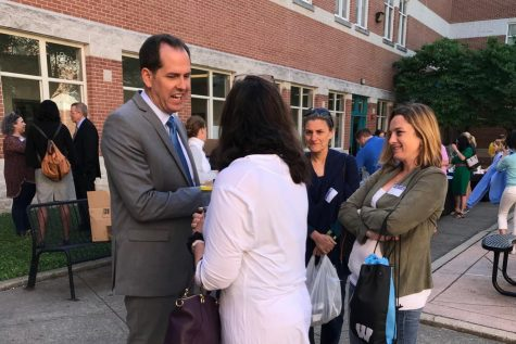 Dodd meets with new parents at principal's coffee