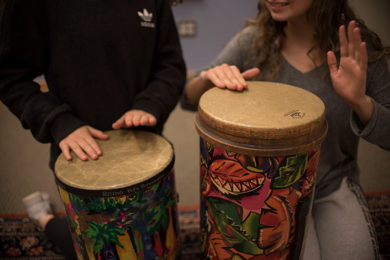 Students participate in music therapy to relieve stress. Music therapy is one of many forms of artistically-oriented therapy that provide alternatives to traditional talking therapy. Photo by Annabelle Gordon.