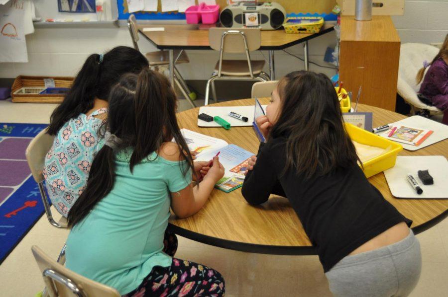 Los estudiantes + en + Washington + Grove + Elementary + School + colaboran + en + español. + La + escuela + primaria + 2% + junto con + cuatro + otros + en + el + condado% 2C + tiene + necesidad + de + + más + profesores + que + pueden + hablar + español + e + inglés. + Foto + por + Max + Londres.